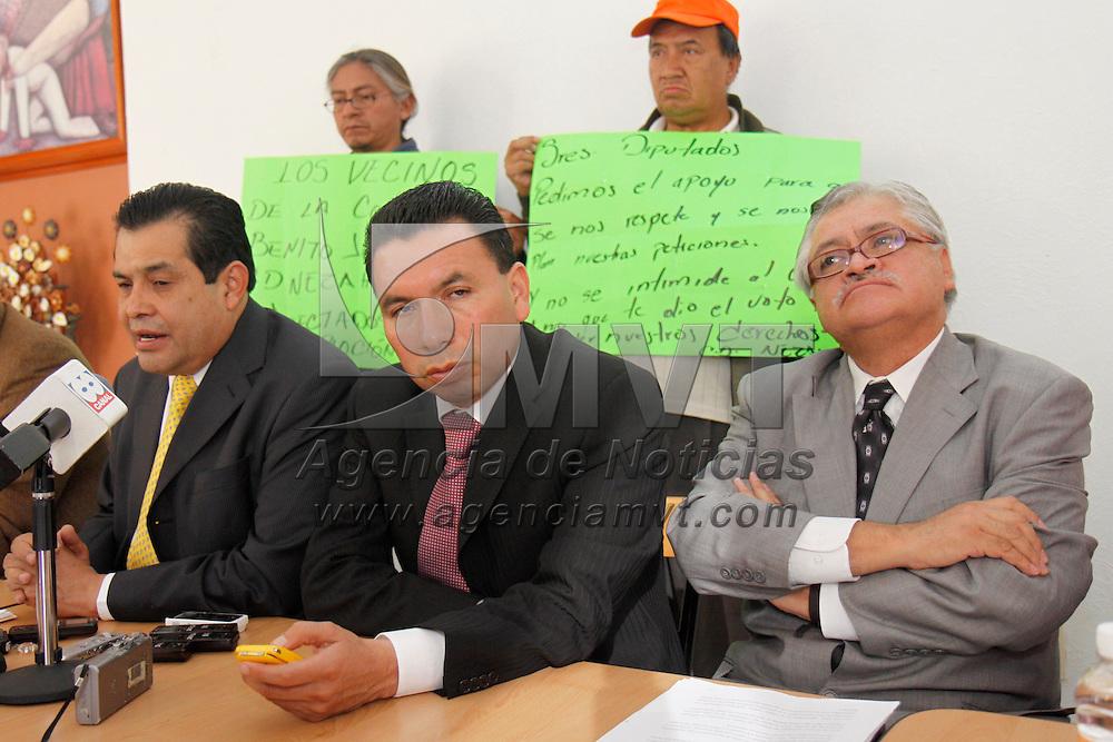 Toluca, Mex.- Los diputados del PRD, Juan Hugo de la Rosa, Arturo Piña García y Víctor Manuel Bautista recibieron una comisión de vecinos de la colonia Benito Juárez de Netzahualcóyotl quienes se vieron afectados en días pasados por una explosión por acumulación de gas en el basurero del bordo de Xochiaca, exigen se les apoye a la recuperación de sus viviendas. Agencia MVT / Crisanta Espinosa. (DIGITAL)<br /> <br /> NO ARCHIVAR - NO ARCHIVE