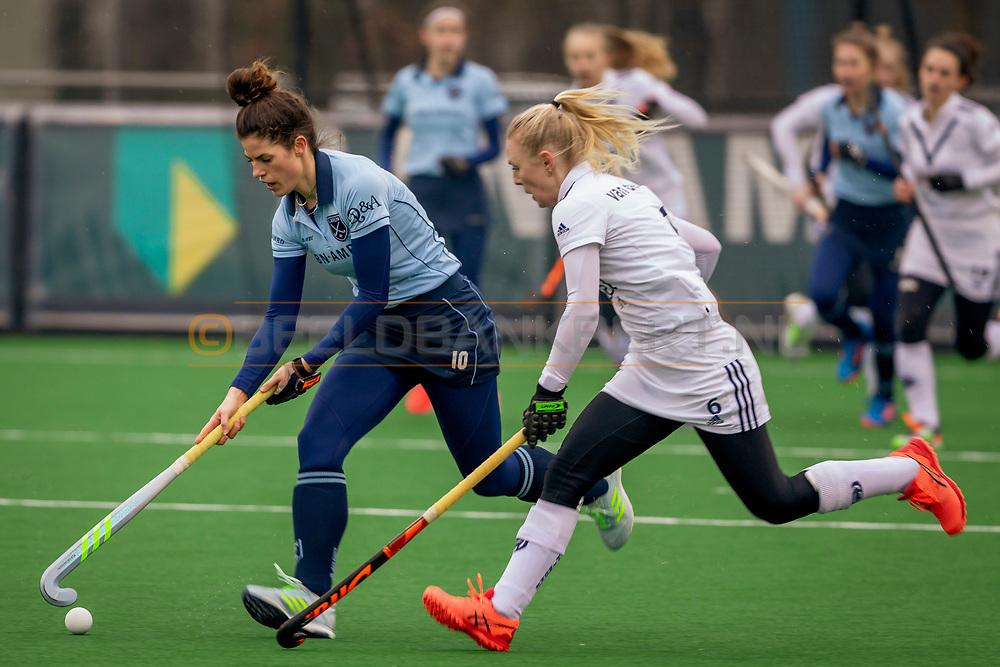 LAREN -  Hockey Hoofdklasse Dames: Laren v Pinoké, seizoen 2020-2021. Foto: Maxime Kerstholt (Laren) en Daphne van der Vaart (Pinoké)