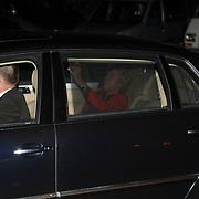 NLD/Naarden/20061028 - Verjaardagsfeest Catherine Keyl, Nina Brink arriveert in haar geblindeerde auto met chauffeur Job van Haaren