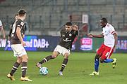 Fussball: 2. Bundesliga, FC St. Pauli - Hamburger SV, Hamburg, 01.03.2021<br /> Omar Marmoush (Pauli, l.) - David Kinsombi (HSV)<br /> © Torsten Helmke