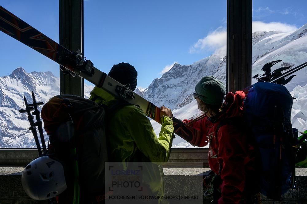 Zwei Skibergsteiger am Fenster der Station Eismeer der Jungfraubahn, Berner Oberland, Schweiz<br /> <br /> Two ski mountaineers at the window of the station Eismeer der Jungfrau Railway, Bernese Oberland, Switzerland