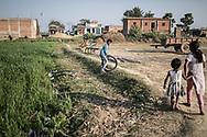25022019. INDE. BIHAR. La caravane de la paix Karwan-e-Mohabbat. SITAMARHI. SITAMARHI. Village de BHORAHAN. Quartier musulman. Famille de Zainul Ansari, assassiné à 82 ans le 19 octobre 2018, lynché dans la rue par des jeunes hindous qui célebrait la déesse Durga. Des fanatiques font courir la rumeur que des musulmans auraient brisé le bras d'une idole. Le cortège exalté s'engage dans les ruelles et abandonnent la procession. Ils tombent par hasard sur le vieil homme, s'acharne sur lui à coups de gourdins avant de brûler son corps.