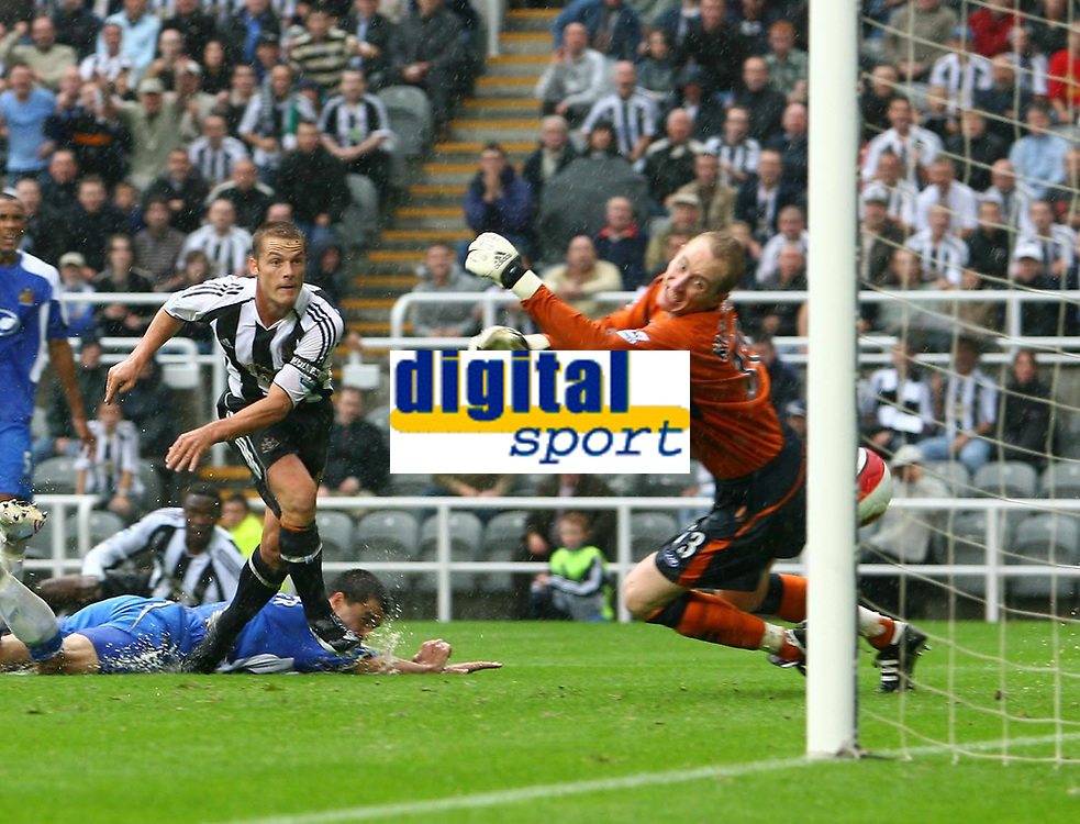 Photo: Andrew Unwin.<br />Newcastle United v Wigan Athletic. The Barclays Premiership. 19/08/2006.<br />Newcastle's Scott Parker (L) scores his team's first goal.