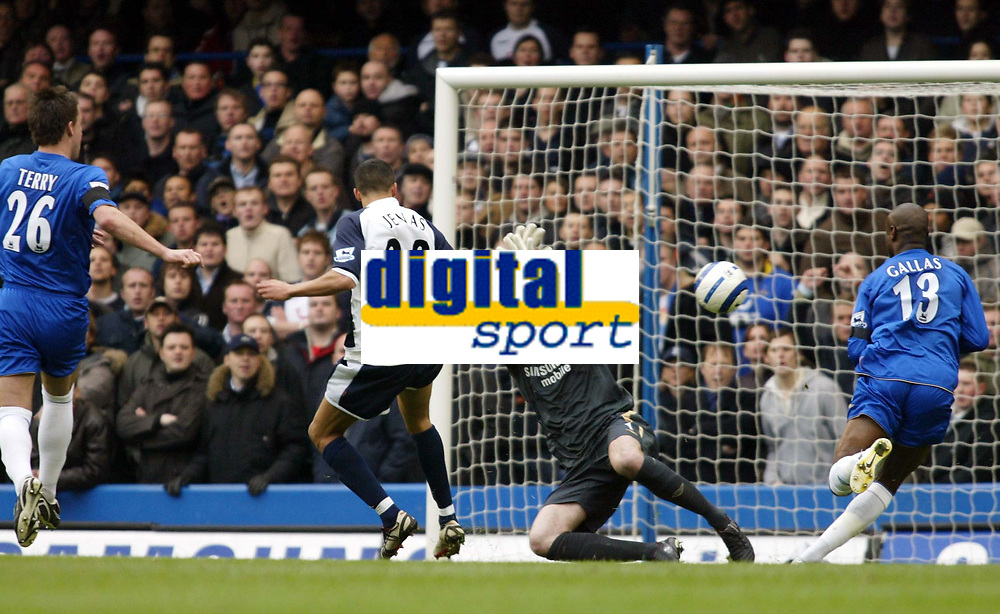 Photo: Chris Ratcliffe.<br />Chelsea v Tottenham Hotspur. The Barclays Premiership. 11/03/2006.<br />Jermaine Jenas of Spurs flicks the ball past Petr Cech for the equaliser.