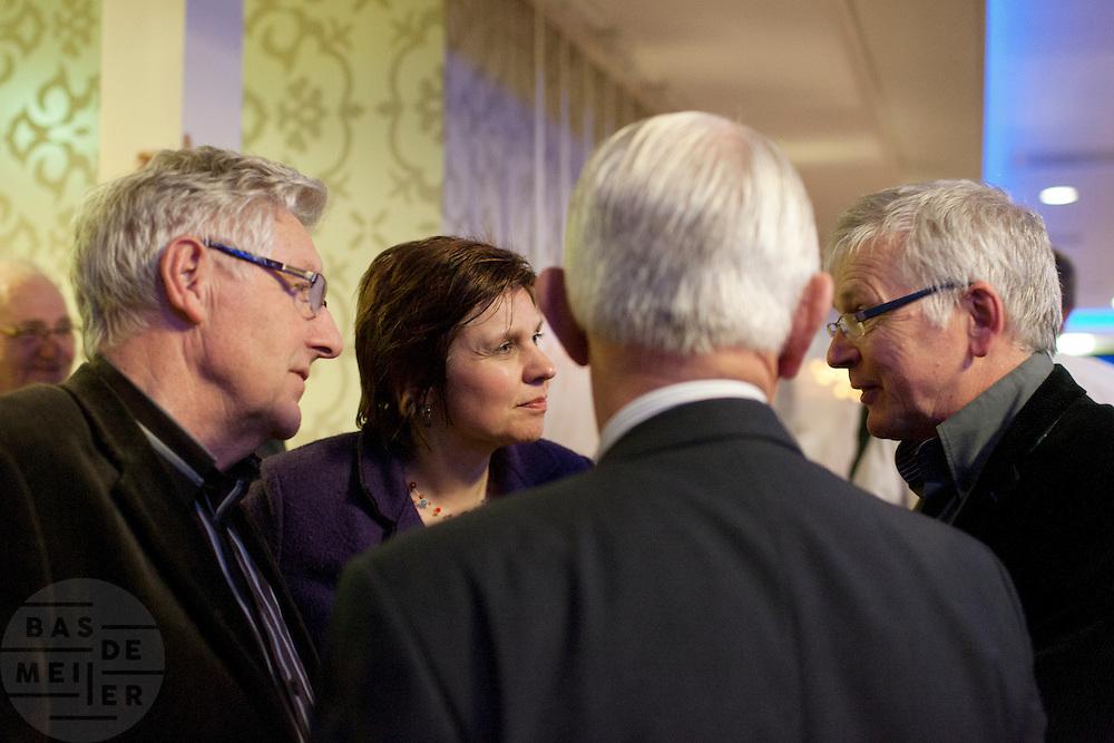 Ruth Peetoom praat met leden van het CDA. De zes kandidaten voor het voorzitterschap van het CDA presenteren zich aan de leden in een zaal in Eindhoven
