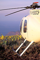 Helicóptero posado sobre la cima del tepuy Autana, Amazonas, Venezuela.