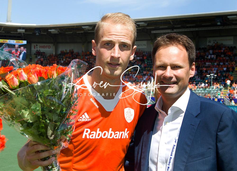 DEN HAAG - Billy Bakker speelde zijn 100ste interland. rechts KNHB bestuurslid Stephan Veen, voor de halve finale wedstrijd tussen de mannen van Nederland en Engeland voor de World Cup Hockey 20124. FOTO KOEN SUYK
