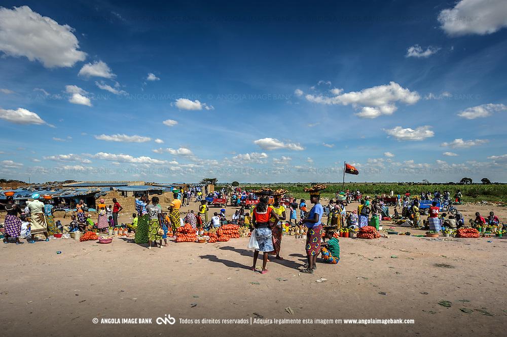 Mercado Aberto na beira da estrada. Huila, Angola.