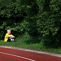 Nederland, Den Bosch, 02-06-2012.<br /> Special Olympics, Spelen voor geestelijk gehandicapten.<br /> 400 meter, Jongens/Mannen.<br /> Een jongetje wil na 25 meter niet meer en gaat aan de baan in het gras zitten schreeuwen.<br /> Foto : Klaas Jan van der Weij