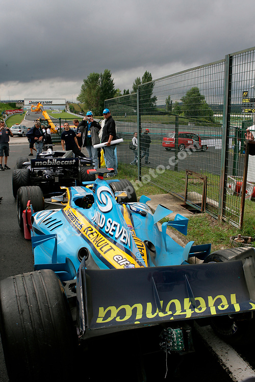 The Renault of Fernando Alonso and the Williams-Cosworth og Nico Rosberg after separate crashes in the wet 2006 Hungarian Grand Prix at the Hungaroring outside Budapest. Photo: Grand Prix Photo