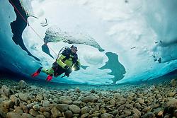 Taucher unter Eis, Eistaucher mit Sicherungsleine, Eistauchen, scuba diver under ice with safety robe, scuba icediving, Lechausee, Reutte, Weissenbach, Tirol, Oesterreich, Tyrol, Austria, MR Yes