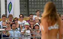 17-07-2014 NED: FIVB Grand Slam Beach Volleybal, Apeldoorn<br /> Poule fase groep A mannen - Reinder Nummerdor (1), Steven van de Velde (2) NED, Chaim Schalk (1), Ben Saxton (2) CAN / Publiek, Media support, Gepko Hahn, Bas van de Goor