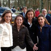 NLD/Apeldoorn/20051216 - Prinses Margriet en schoondochters bezoeken tentoonstelling Bruiden van Het Loo, aankomst prinses Marilene van den Broek, Anita van Eijk, Annet Sekreve, Aimee Söhngen