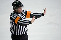Znak za napadanje od zadaj. Nalet s palico od zadaj. Checking from behind. Slovenski hokejski sodnik Damir Rakovic predstavlja sodniske znake. Na Bledu, 15. marec 2009. (Photo by Vid Ponikvar / Sportida)