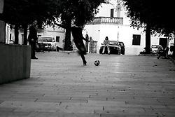 Ragazzi che nonostante la tecnologia, continuano a giocare a pallone per le strade, continuando ad avere contatto umano