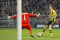 BILDET INNGÅR IKKE I FASTAVTALER<br /> <br /> Fotball<br /> Tyskland<br /> 21.11.2012<br /> Foto: ProShots/Digitalsport<br /> NORWAY ONLY<br /> <br /> AMSTERDAM  , Ajax - Borussia Dortmund , 21-11-2012 , Amsterdam Arena , Champions League , Borussia Dortmund speler Marco Reus (l) schiet de bal langs Ajax keeper Kenneth Vermeer (r) voor de 0-1 .