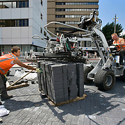 Nederland Rotterdam 29-05-2009 20090529 Foto: David Rozing ..Straatmakers aan het werk op het Weena in het centrum van Rotterdam, bouwwerkzaamheden, machinaal leggen van straatstenen, straten, straatwerk, geautomatiseerd  Workers making a new road/ street in city centre of Rotterdam Holland, The Netherlands, dutch, Pays Bas, Europe physical work, hard, tough, bricks..Foto: David Rozing