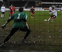 Fotball Testimonial Roar Strand,  Rosenborg - Tippeliga All-Stars 11 november  2010<br /> Lerkendal Stadion, Trondheim<br /> <br /> Roar Strand scorer på straffe på Arni Gautur Arason<br /> <br /> <br /> Foto : Arve Johnsen, Digitalsport