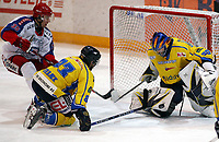Ishockey , Get - ligaen 13  Mars 2008 NM Semifinale 3<br /> Hamar OL-Amfi<br /> Storhamar  Dragons  v  Vålerenga   4-2<br /> <br /> Foto:Dagfinn Limoseth  -  Digitalsport<br /> <br /> Ruben Smith og Cato Ørbæk , Storhamar rydder opp foran Aleksander Nervik , Vålerenga