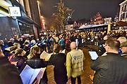 Nederland, Nijmegen, 21-2-2019In Nijmegen werd het vergissingsbombardement van 75 jaar geleden in 1944 herdacht. Langs de zgnd. brandgrens van de binnenstad stondern tientallen koren en musici die tussen 20.00 uur enm 20.15 uur het muziek brachten. Ook bij de honderden met kaarses verlichte naamplaatjes die in de straten ingelegd zijn stonden verwanten met soms een foto van hun omgekomen familielid.Foto: Flip Franssen