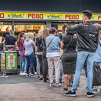 Nederland, Amsterdam, 14 juli 2016.<br /> Een kijkje In de keuken van het familiebdrijf FEBO.<br /> Febo is een snackbarketen in Nederland. De oprichter begon ooit als brood- en banketbakker.<br /> In 1942 werd Maison Febo (oorspronkelijk Bakkerij Febo) opgericht door Johan de Borst (1919-2008). Wat begon als een bakkerswinkel groeide uit tot een automatiek, waar De Borst zelfgemaakte kroketten verkocht.<br /> De naam 'Febo' is afgeleid van de Amsterdamse Ferdinand Bolstraat in de Pijp.<br /> Dagelijks worden de kroketten en burgers nog altijd volgens het authentieke recept van Opa de Borst dagvers bereid. Continu zorgt FEBO ervoor dat de producten nog steeds dezelfde kwaliteit hebben als vroeger.<br /> Dagelijks start FEBO s'ochtends heel vroeg met het maken van een ambachtelijke bouillon gemaakt van verse groenten om vervolgens een ragout te maken van het beste kwaliteitsvlees van 100% Nederlandse runderen uit de buurt. Iedere dag wordt van deze ragout de beroemde FEBO kroket gemaakt. De kroketten zijn dagvers en worden nooit ingevroren.<br /> Op de foto: Drukte bij de FEBO bij de Arena in Amsterdam Z.O ivm concert Beyoncé.<br /> <br /> Netherlands, Amsterdam, July 14, 2016.<br /> A peek in the kitchen of the family company FEBO.<br /> Febo is a snack bar chain in the Netherlands. The founder started as a baker and confectioner.<br /> In 1942, Maison Febo (originally Bakery Febo) was founded by Johan de Borst (1919-2008). What began as a bakery grew into an automatic, where Johan Borst sold homemade croquettes. <br /> The name 'Febo' derives from the Amsterdam Ferdinand Bolstraat in the Pijp.<br /> The croquettes and meat burgers  are still produced with the authentic recipe of Grandfather Borst and prepared fresh every day. FEBO continuously ensures that the products still have the same quality as before.<br /> FEBO starts very early in the morning with making a bouillon made from fresh vegetables and then make a ragout with the best quality meat of 100% Dutch ca