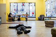 09.12.2018 Magdeburg, Neue Neustadt, Projekt Utopolis.<br /> <br /> Eigentlich sollte es heute einen Trommelkurs geben, der musste aber krankheitsbedingt ausfallen - jetzt wird gemalt und es werden Papierflieger gebastelt.<br /> Im Stadtteil Neue Neustadt gibt es viele Bewohner aus Südost-Europa, das führte in der Vergangenheit oft auch zu Spannungen zwischen alten und neuen Bewohnern. Mit kunst- und kulturellen Aktivitäten verucht das Projekt Utopolis die Bewohner zu animieren den Stadtteil für sich einzunehmen.<br /> <br /> Dawid ist schwindelig, er hat sich zu schnell mit seinem Papierflieger um die eigene Achse gedreht.<br /> <br /> ©Harald Krieg