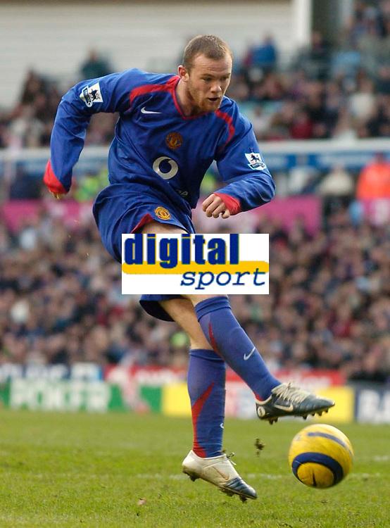 Photo: Glyn Thomas.<br />Aston Villa v Manchester United. The Barclays Premiership.<br />17/12/2005.<br />Manchester United's Wayne Rooney shoots.