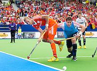 BOOM - Billy Bakker in duel met de 'vliegende' keeper Iain Lewer tijdens de wedstrijd om het brons tussen de mannen van Nederland en Engeland op het EK hockey in Boom. Nederland wint met 3-2. ANP KOEN SUYK