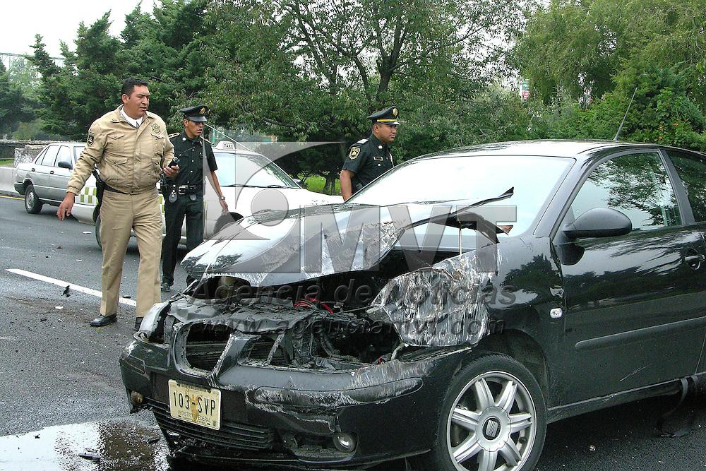 Toluca, Mex.- Policias agilizan el trafico ocasionado por la volcadura de un automovil en Paseo Tollocan a la altura de Comonfort, sin registrarse lesionados. Agencia MVT / Ginarely Valencia Alcantara. (DIGITAL)<br /> <br /> NO ARCHIVAR - NO ARCHIVE