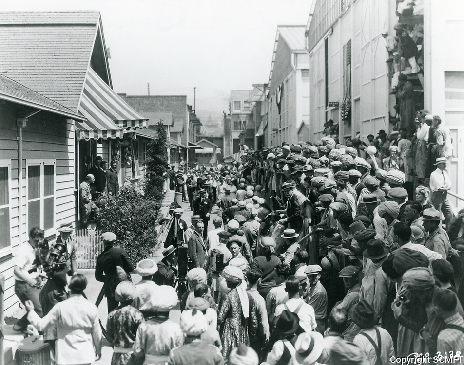 1922 Crowd gathers to listen to Will Hayes at Famous Players Lasky Studios