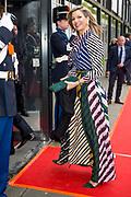 Koninklijke familie arriveert bij de Oosterpoort voor het Koningsdagconcert<br /> <br /> Royal family arrives at the Oosterpoort for the King's Day concert<br /> <br /> Op de foto / On the photo:  Koningin Maxima // Queen Maxima