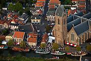 Nederland, Utrecht, Oudewater, 19-09-2009; 17e eeuws stadje met beschermd stadsgezicht aan de Hollandsche IJssel, bekend van onder andere de Heksenwaag en de Hervormde Grote of Sint-Michaëlskerk (hallenkerk, 15de eeuw). Langs de IJssel havendag met gondelvaart, nautische markt.17th century town, known for its Witch Weighhouse and its Reformed Great Church of Saint Michael (church hall, 15th century.luchtfoto (toeslag), aerial photo (additional fee required).foto/photo Siebe Swart