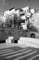 Castro Marina - Salento - Puglia - Abitazioni di Castro Marina arroccate sugli scogli a picco sul porto.