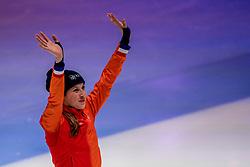 08-10-2017 NED: ISU Shorttrack WC2017, Dordrecht<br /> Finale 1000m / Suzanne Schulting heeft haar eerste wereldbekermedaille van het seizoen binnen. De 20-jarige shorttrackster, die vorig seizoen haar doorbraak beleefde, eindigde in Dordrecht in de finale van de 1.000 meter als tweede. In de kwartfinale leek het even slecht uit te zien maar ze mocht na haar val toch deelnemen aan de finale