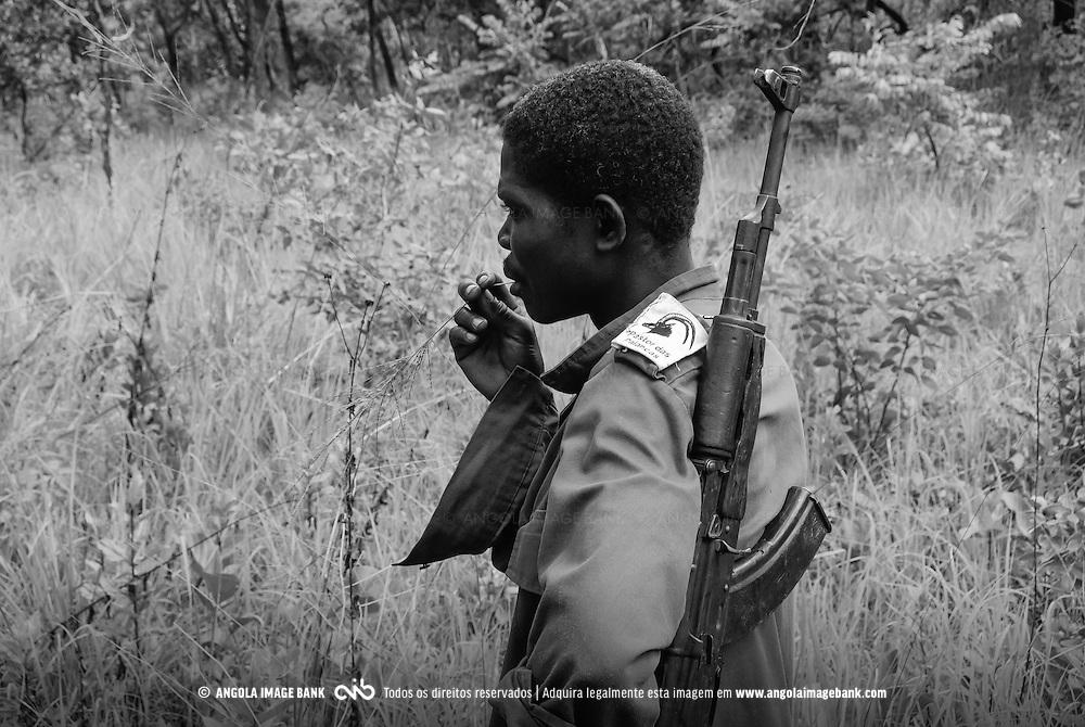 Guarda florestal do Parque Nacional da Cangandala na província de Malange no ambito do projecto de preservação da Palanca Negra Gigante (Hippotragus niger variani) iniciado e mantido pelo Dr. Pedro Vaz Pinto. Angola
