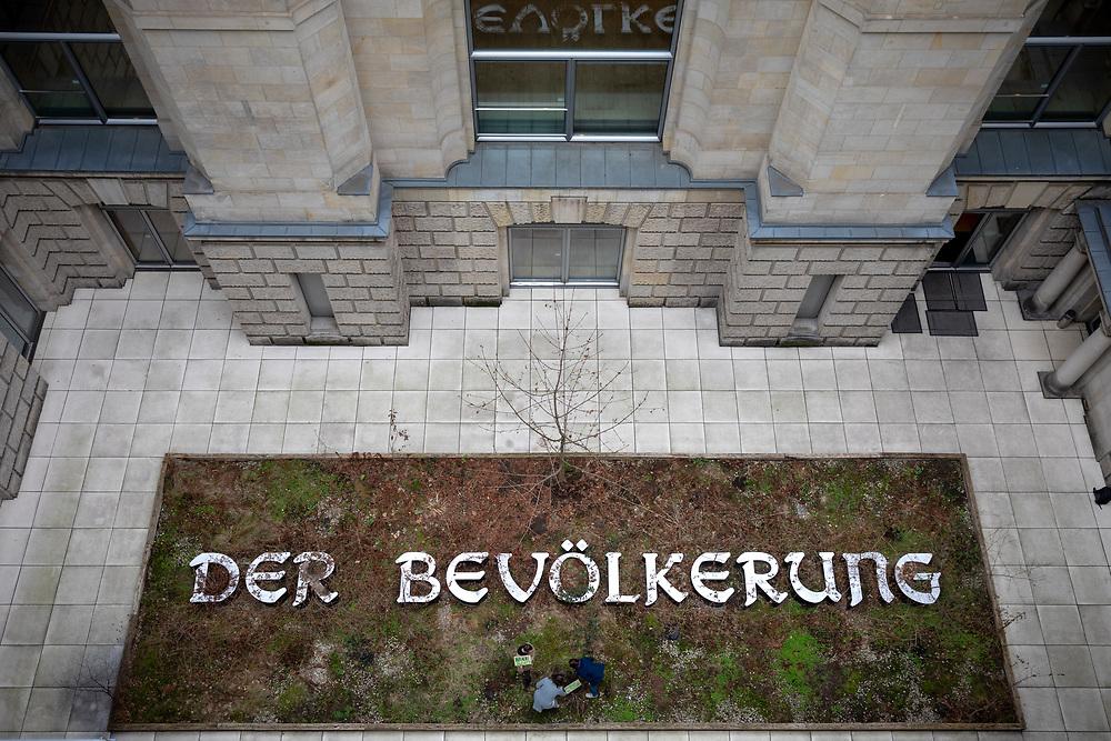 """Aktivisten von """"Fridays for Future"""", """"Ende Gelände"""" und """"Hambi bleibt"""" pflanzen einen Baum aus dem Hambacher Forst in der Installation """"DER BEVÖLKERUNG"""" im Reichstagsgebäude in Berlin.<br /> <br /> [© Christian Mang - Veroeffentlichung nur gg. Honorar (zzgl. MwSt.), Urhebervermerk und Beleg. Nur für redaktionelle Nutzung - Publication only with licence fee payment, copyright notice and voucher copy. For editorial use only - No model release. No property release. Kontakt: mail@christianmang.com.]"""