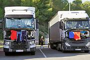 Spanje, Tarragona, 3-11-2019 vrachtwagens van chauffeurs uit Polen . Poolse collegas dollen met elkaar terwijl zij hun verplichte rust houden. In de tussentijd hangt hun was, kleding, te drogen aan de moitorklep .Veel Oost europese chauffeurs rijden ook in Nederland . Foto: Flip Franssen