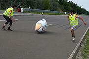 Alwin Visker wordt opgevangen. HPT Delft en Amsterdam is in Senftenberg voor de recordpogingen op de Dekra baan.<br /> <br /> Alwin Visker is caught after finishing his test run. The Human Power Team Delft and Amsterdam has arrived in Senftenberg (Germany) to break the world record on the one hour time trial at the Dekra test track.
