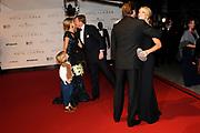 Premiere Nova Zembla 3D in het RAI theater, Amsterdam.<br /> <br /> Op de foto:  Prinses Maxima en prins Willem Alexander worden ontvangen door door Reinout en Danielle Oerlemans , de jonge Benjamin geeft maxima bloemen .