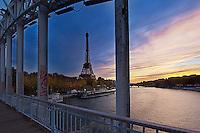 France, Paris (75), les rives de la Seine classées Patrimoine Mondial de l'UNESCO, la passerelle piétonnière Debilly et la Tour Eiffel // France, Paris, Debilly footbridge and Eiffel Tower
