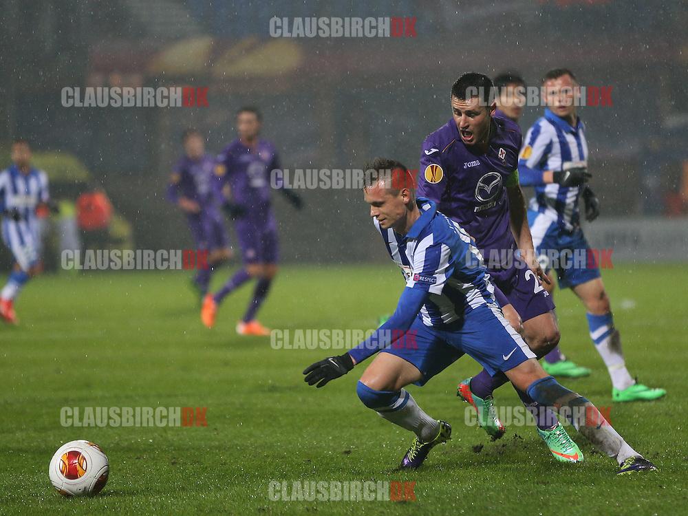 Jakob Ankersen (Esbjerg) presses af Manuel Pasqual (Fiorentina).