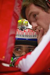 O piloto brasileiro de Fórmula 1 Felipe Massa conversa com um mecânico nos boxes da Ferrari, durante o circuito do Grande Prémio do Brasil em Interlagos, em São Paulo. FOTO: Jefferson Bernardes/Preview.com