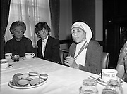Mother Teresa of Calcutta speaks at press conference  organised by SPUC (Society for the Protection of Unborn Children)..1982-08-02.2nd August 1982.2/08/1982.08-02-82..Pictured at Wynns Hotel, Dublin..Mother Teresa and SPUC officials