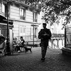lundi 12 septembre 2016, 18h09, Paris XVIII. Militaire du 13ème Régiment du Génie remontant les escaliers de la butte Montmartre., 18h09, Paris XVIII. Militaire du 13ème Régiment du Génie remontant les escaliers de la butte Montmartre.