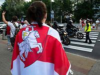 Bialystok, 20.08.2020. Marsz solidarnosci z Bialorusia przeszedl z centrum miasta pod siedzibe Konsulatu Generalnego Bialorusi. Organizatorami marszu byli BIalorusini pracujacy i uczacy sie w Bialymstoku, ktorych liczbe ocenia sie na ok 10 tys N/z uczestnicy marszu z kilkunastometrowa zakazana na Bialorusi bialo-czerwono-biala flaga narodowa fot Michal Kosc / AGENCJA WSCHOD