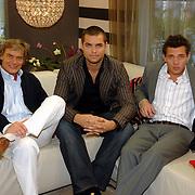 NLD/Eemnes/20061111 - Fotoshoot de Gouden Kooi, drank voor de deur, deelnemers, Stephan, Brian, Bart,