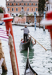 THEMENBILD - ein Gondoliere mit seinem venezianischen Boot (Gondel) auf dem Canal Grande, aufgenommen am 05. Oktober 2019 in Venedig, Italien // a gondolier with his Venetian boat (gondola) on the Canal Grande, in Venice, Italy on 2019/10/05. EXPA Pictures © 2019, PhotoCredit: EXPA/Stefanie Oberhauser