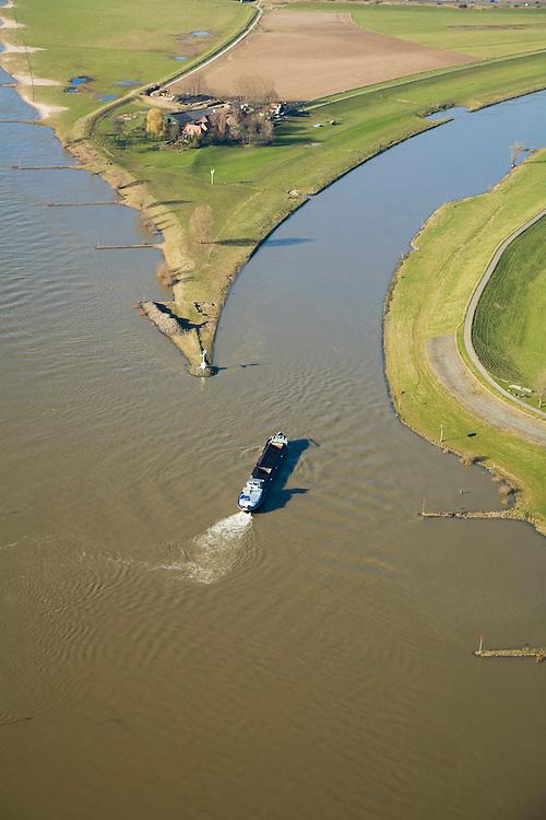 Nederland, Gelderland, Arnhem, 11-02-2008; IJsselkop, op dit punt splist de rivier de Rijn: naar links de Neder-Rijn, naar rechts de IJssel; de IJssel is gekanaliseerd, de Rijnoevers hebben kribben i.v.m. bevaarbaarheid van de rivier, het voorkomen van afzetting van sediment; IJsselkop - Head of river IJssel, at this point division of the River Rhine : left the Lower Rhine, to right the IJssel, the IJssel is channeled, the banks of the Rhine River Bank have cribs to maintain navigability of the river by preventing sediment deposition; binnenvaart, beroepsvaart, rijnaak, verkeer en vervoer, scheepvaart, waterbeheer, ijssel kop, traffic and transport, shipping, water management, head ijssel.luchtfoto (toeslag); aerial photo (additional fee required); .foto Siebe Swart / photo Siebe Swart