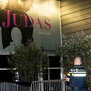 NLD/Amsterdam/20180920 - Premiere Judas, Judas bord met politie