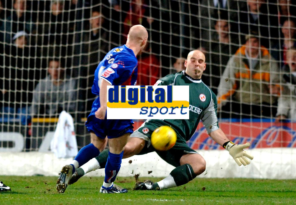 Photo: Daniel Hambury.<br />Crystal Palace v Reading. Coca Cola Championship.<br />20/01/2006.<br />Palace's Andy Johnson has an early shot saved by Reading's Marcus Hahnemann.